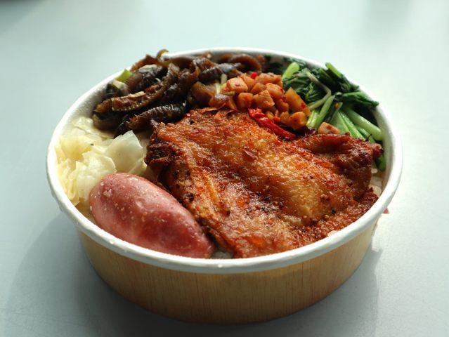 「豪華雙拼-紐奧良雞腿愛上豬」特餐,特價89元。(北捷提供)