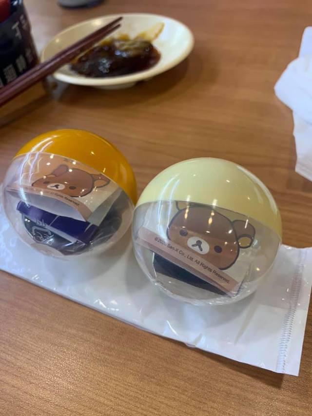 網友後來去吃壽司時,玩了抽獎遊戲又中了2個扭蛋。(翻攝自臉書社團「爆廢公社公開版」)