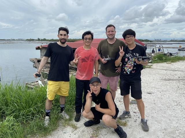 酷Ku(後排左起)與魏德聖導演、英國叔叔Allan一同遊覽臺南,後排右起、右下為攝影師。(米倉影業提供)