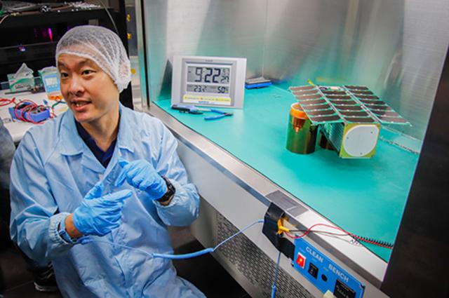 中央大學太空系張起維教授表示,飛鼠號的科學酬載、電力次系統、衛星電腦、飛行軟體及結構皆由中央大學團隊自製研發。(中央大學提供)
