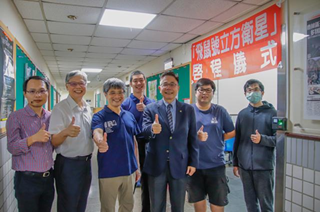 台灣第一顆全自主科學立方衛星,中央大學「飛鼠號」十月啟程,預計今年12月在美國發射升空。(中央大學提供)