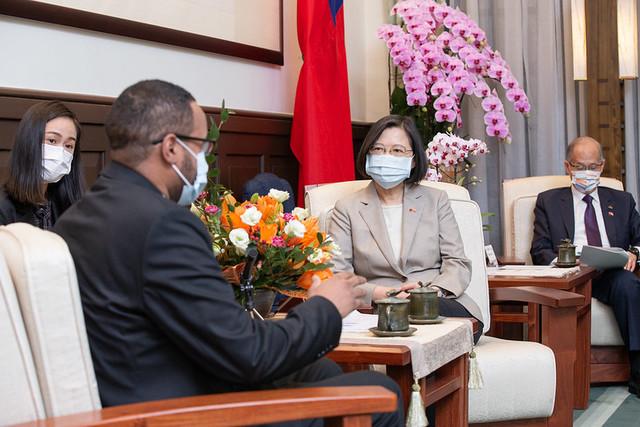 總統蔡英文今(12)日上午接見索馬利蘭共和國駐臺代表穆姆德。(總統府提供)
