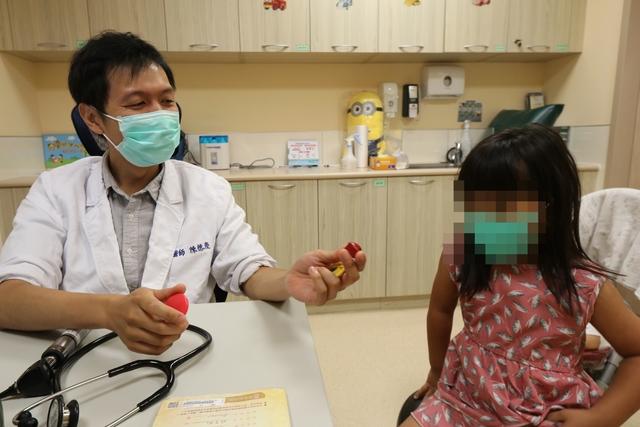 亞洲大學附屬醫院兒童腸胃科主治醫師陳德慶(左)