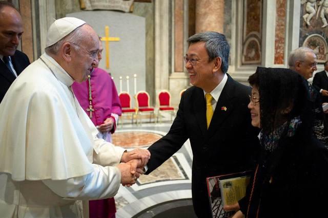 天主教教宗方濟各(左)與前副總統陳建仁。(資料畫面)