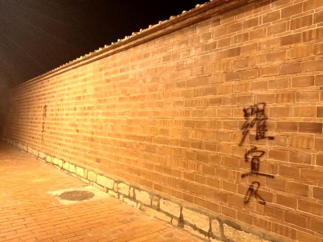 鹿港龍山寺廟內13處遭人噴漆。(翻攝自鹿港學哥臉書)