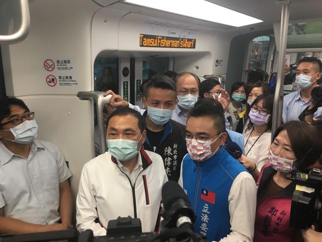 新北市長侯友宜解說藍海線新三站及藍海橋特色。(新北市捷運局提供)
