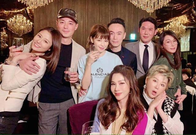 夫妻倆與好友們合照 翻攝自陳美鳳臉書