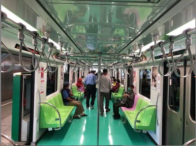網友分享台中捷運車廂內部。(翻攝自Dcard)
