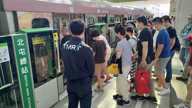 中捷綠線試營運碰假日 單日總運量上看9萬人次 | 捷運綠線試營運後的第一個週六,各站湧入旅客