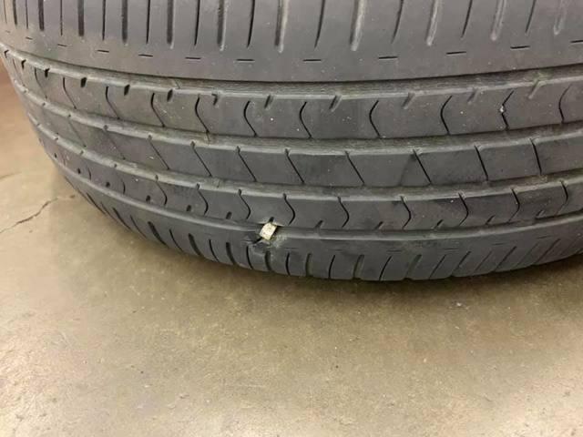 女車主輪胎爆胎(翻攝自臉書社團)