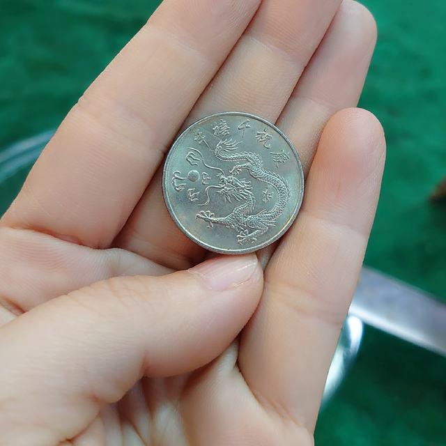 有網友秀出她收藏的「千禧龍年紀念幣」。(翻攝自臉書社團「爆廢1公社」)