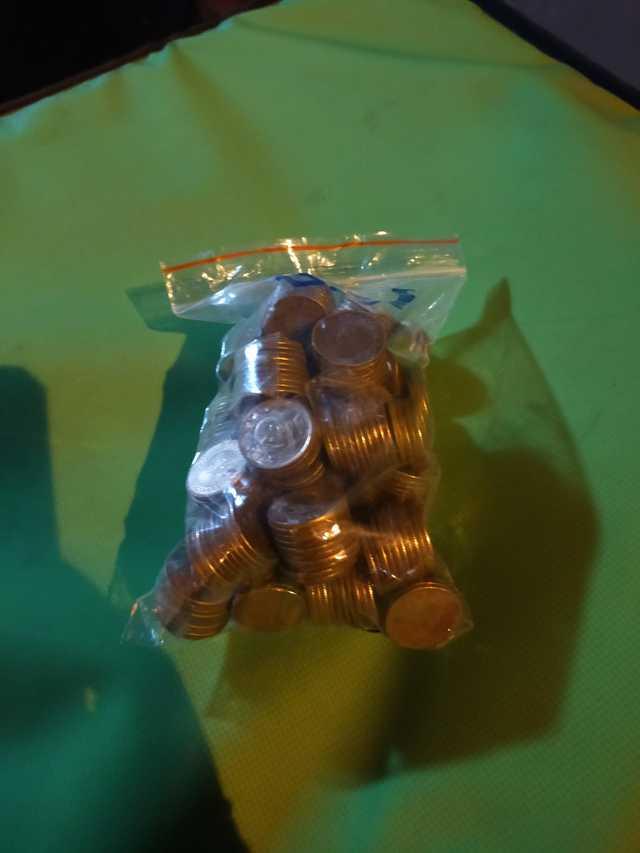 一名外送員表示,日前接到一筆訂單,送達後卻看到一名小女孩拿著一大袋1元硬幣準備付款。(翻攝自臉書社團「爆廢1公社」)