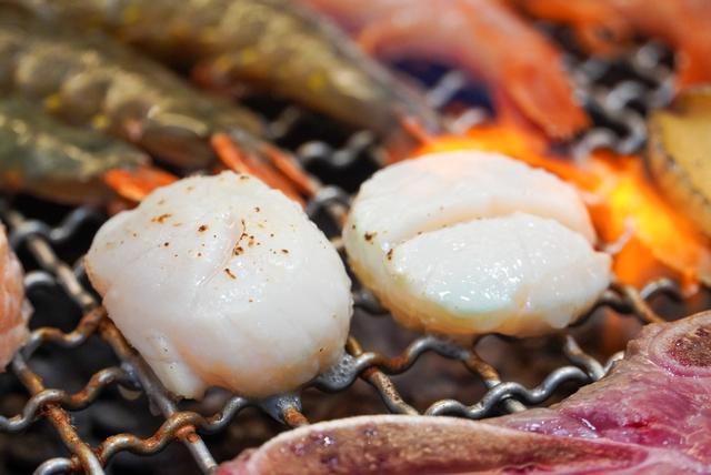 到「哞哞屋和牛燒肉」出示三倍券送北海道生食級大干貝一顆