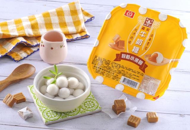 「桂冠森永牛奶糖包餡小湯圓」,包裹著香濃金黃色花生流沙,咬一口幸福感爆表。(全聯提供)