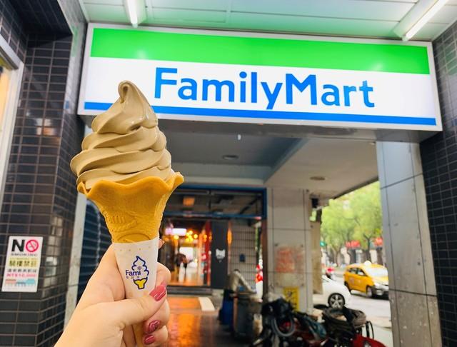 網友最愛前3名「鐵觀音霜淇淋」濃郁回歸。(全家提供)