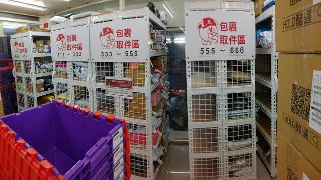 網友發文貼出OK超商的包裹奇景。(翻攝自臉書「爆廢公社二館」)
