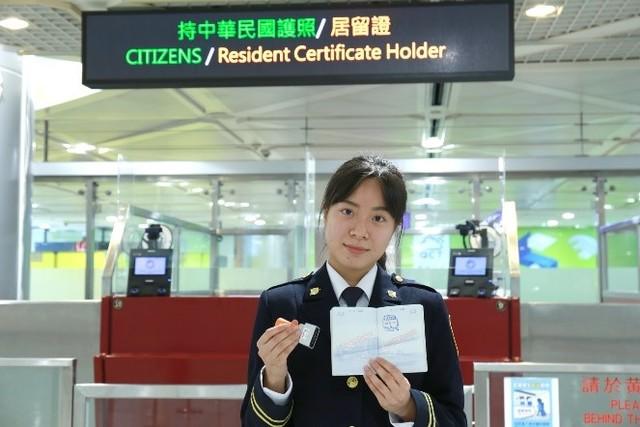 移民官展示新章戳。(內政部提供)