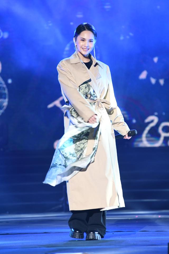 楊丞琳壓軸倒數性感熱舞秀馬甲線 畢書盡十週年情歌獻歌迷   楊丞琳睽違8年再次到義大跨年演出
