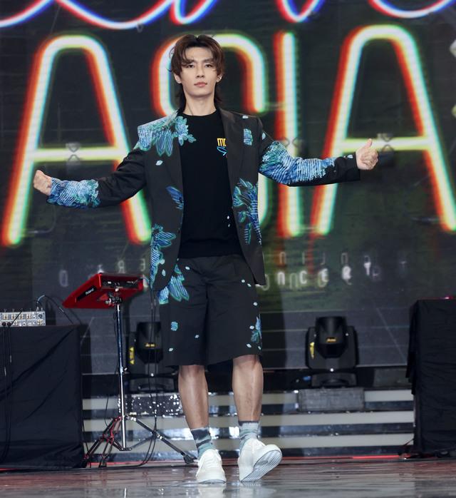 亞綸主持華視、三立棚內直播演唱會節目-「Live Asia超級週末現場」 從曾國城與吳珊儒身上偷師 最擔心遇句點王   「Live Asia超級週末現場」主持人 炎亞綸