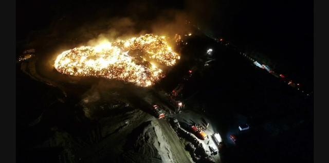台南市廢材廠大火空拍畫面。