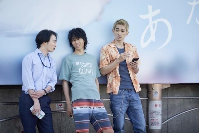 町田啟太(右1)在《今際之國的闖關者》中飾演配角。(Netflix提供)