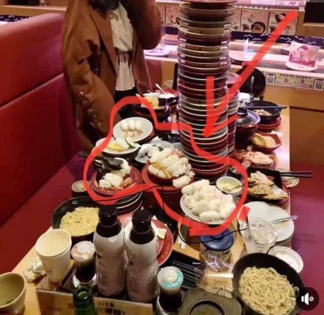 網友貼出自己的壽司空盤照。(翻攝自臉書爆廢公社二館)