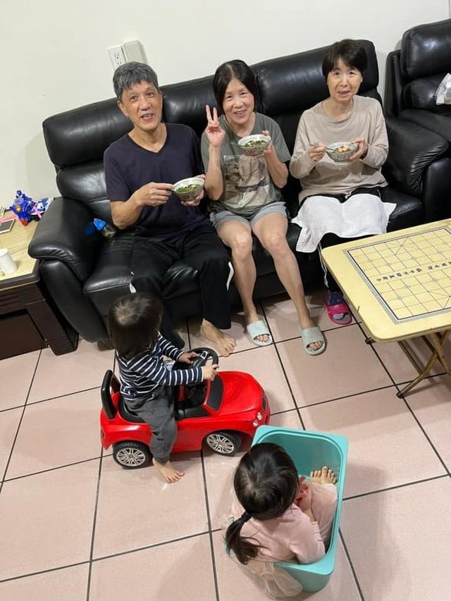 江宏傑分享全家和愛媽一起元宵節吃湯圓的照片。(翻攝江宏傑臉書)