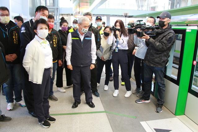 台中市長盧秀燕一早前往搭乘台中捷運。(中央社)