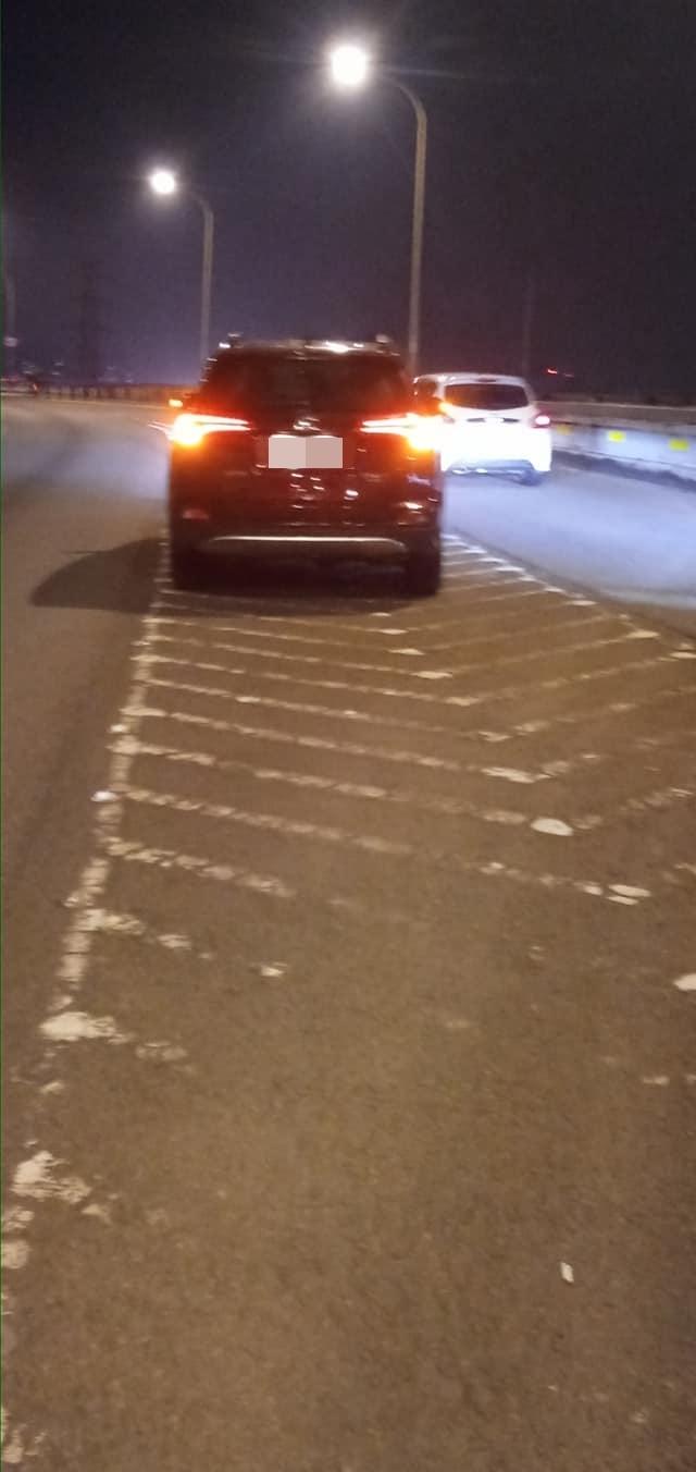 (女駕駛的車被7名司機推至匝道匯合處。/翻攝自臉書社團「爆廢1公社」。)