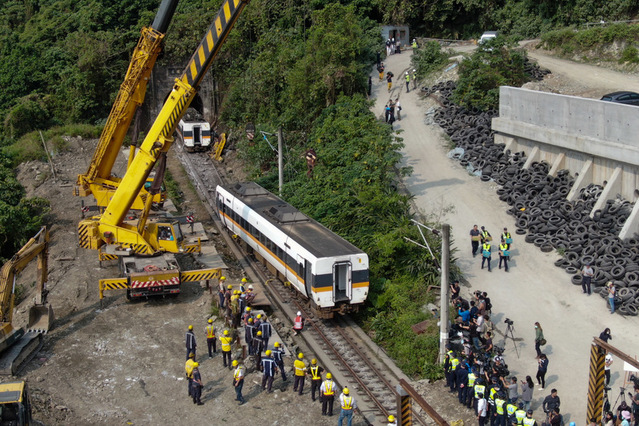 台鐵408車次太魯閣號2日在花蓮清水隧道發生出軌事故 釀重大傷亡,3日清晨進行列車吊掛作業。(中央社)