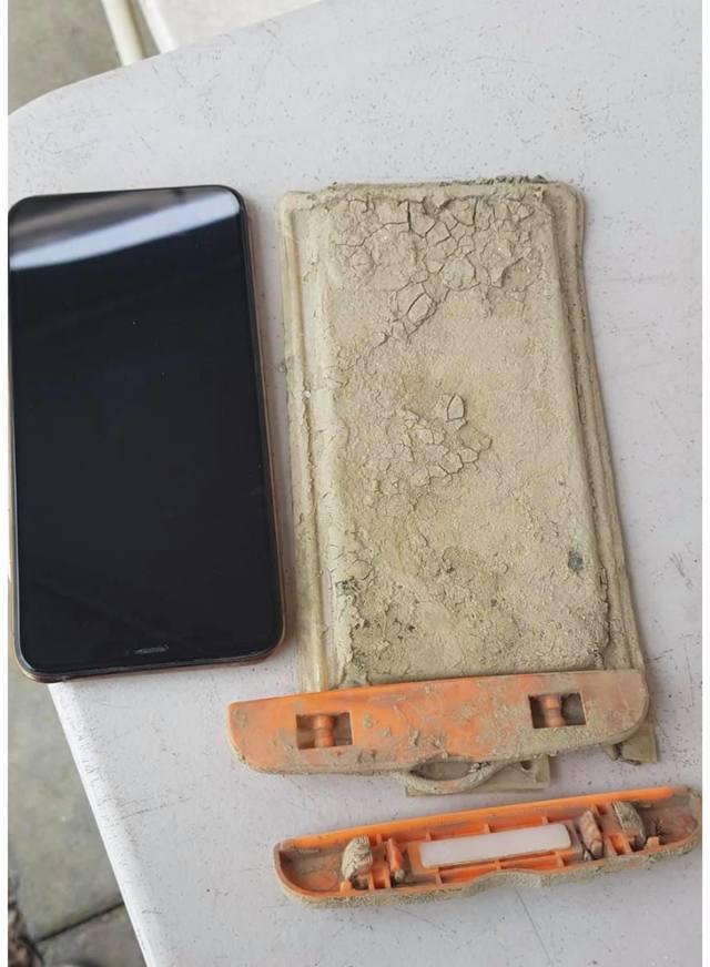業者找到網友掉入湖底的iPhone(翻攝自臉書 / 爆廢1公社)