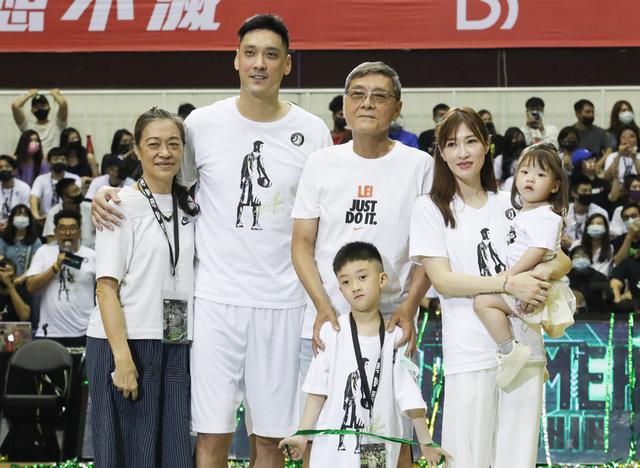 台灣職業籃球聯盟P. LEAGUE+(簡稱PLG)福爾摩沙台 新夢想家4日為田壘(左2)舉行引退儀式,會後田壘與 家人合影。(中央社)