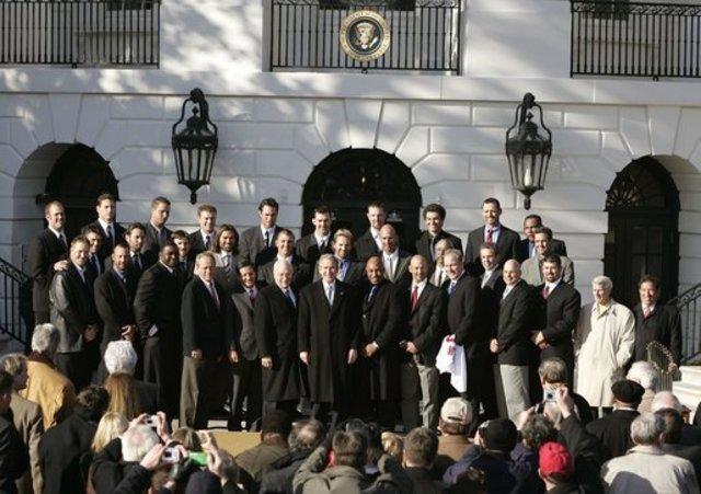 波士頓紅襪拿下2004年世界大賽冠軍,並前往白宮與美國前總統小布希合影(翻攝維基)