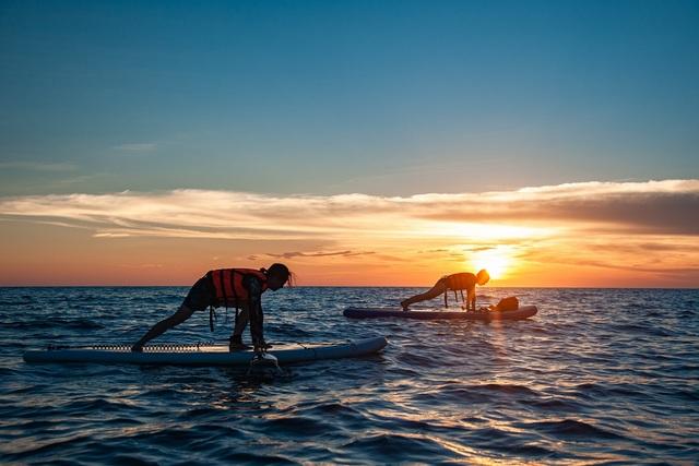 在夕陽下與日出時進行SUP立槳更添美感