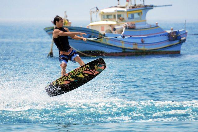 透過寬板滑水體驗站在浪頭上隨時失速的驚險
