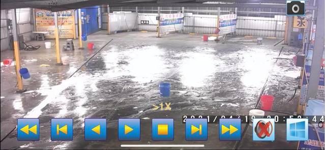 (少年們洗車場嬉戲後,未將現場清乾淨逕自離去。/翻攝自臉書社團「鳳山人在地大小事」。)