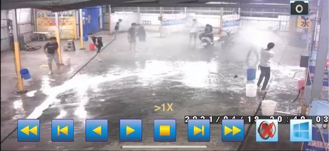 (少年們洗車場拿泡沫噴槍嬉戲。/翻攝自臉書社團「鳳山人在地大小事」。)