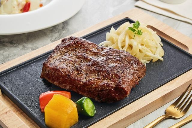 西堤牛排推99元加購升級10盎司重磅原塊牛排。(業者提供)