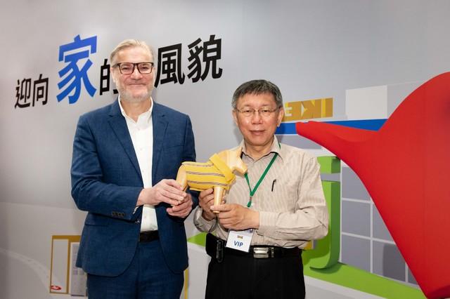 台北市長柯文哲(右)出席開幕典禮。(業者提供)