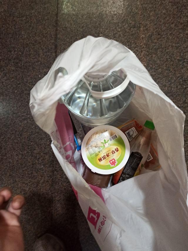 外送員怒了! 提桶水爬4樓遭客遞235元零錢「慢慢數」   (翻攝自臉書社團「爆怨2公社」)