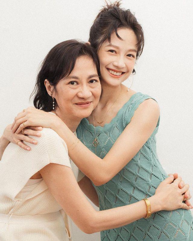 簡嫚書婚後家庭排第一工作第二  母親節慶祝一切交由老公   簡嫚書與媽媽合照,兩人宛如一對姐妹