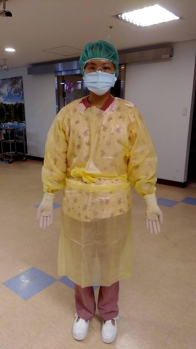 「COVID-19 感染管制措施指引」的採檢醫療防護裝備。(衛生局提供)