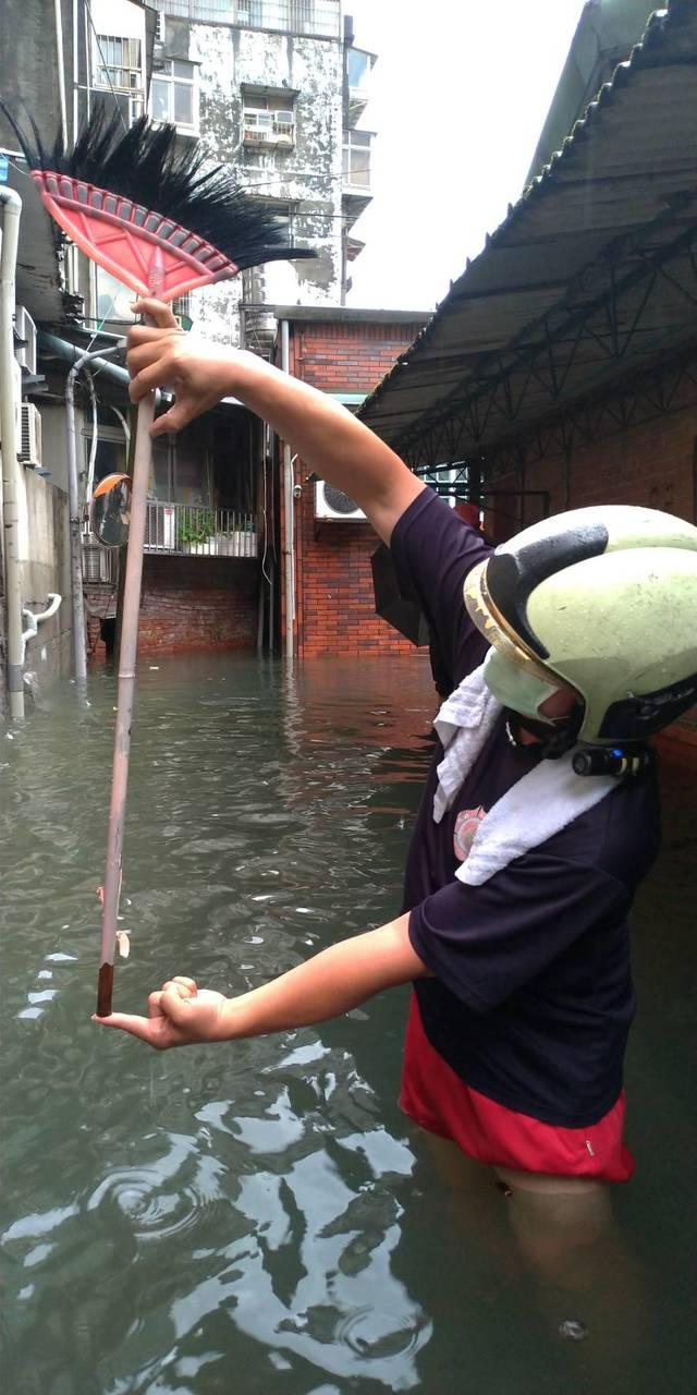內湖區東湖路58巷積淹水。(台北市政府水利處提供)