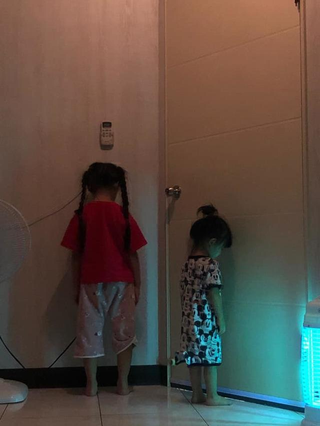 (家長分享小孩被罰站,網友笑說:「燈光超詭異」。/翻攝自臉書社團「爆廢公社公開版」。)