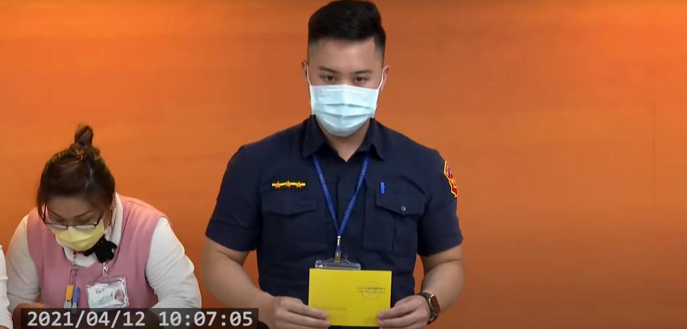 陳以倫是第一批施打疫苗示範者。(資料照片,翻攝指揮中心直播)