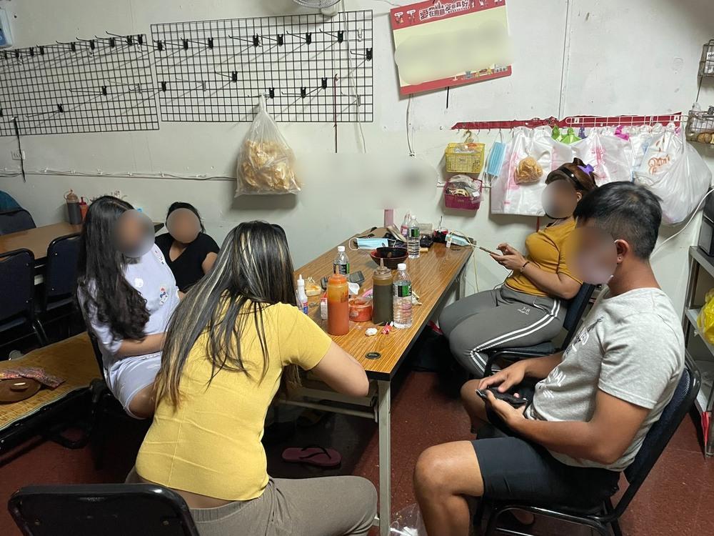 遭查獲群聚用餐之4名印尼籍移工大多是合法在臺從事口罩生產工作。(高市移民署提供)