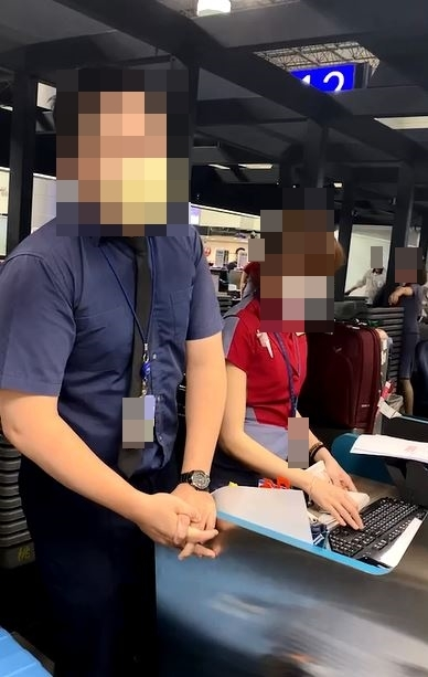 (旅客上機前被地勤人員告知更改座位。/民眾提供。)
