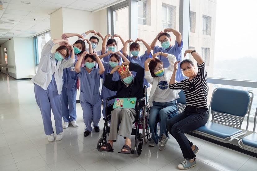 百歲人瑞確診的張爺爺日前已康復出院。(雙和醫院提供)