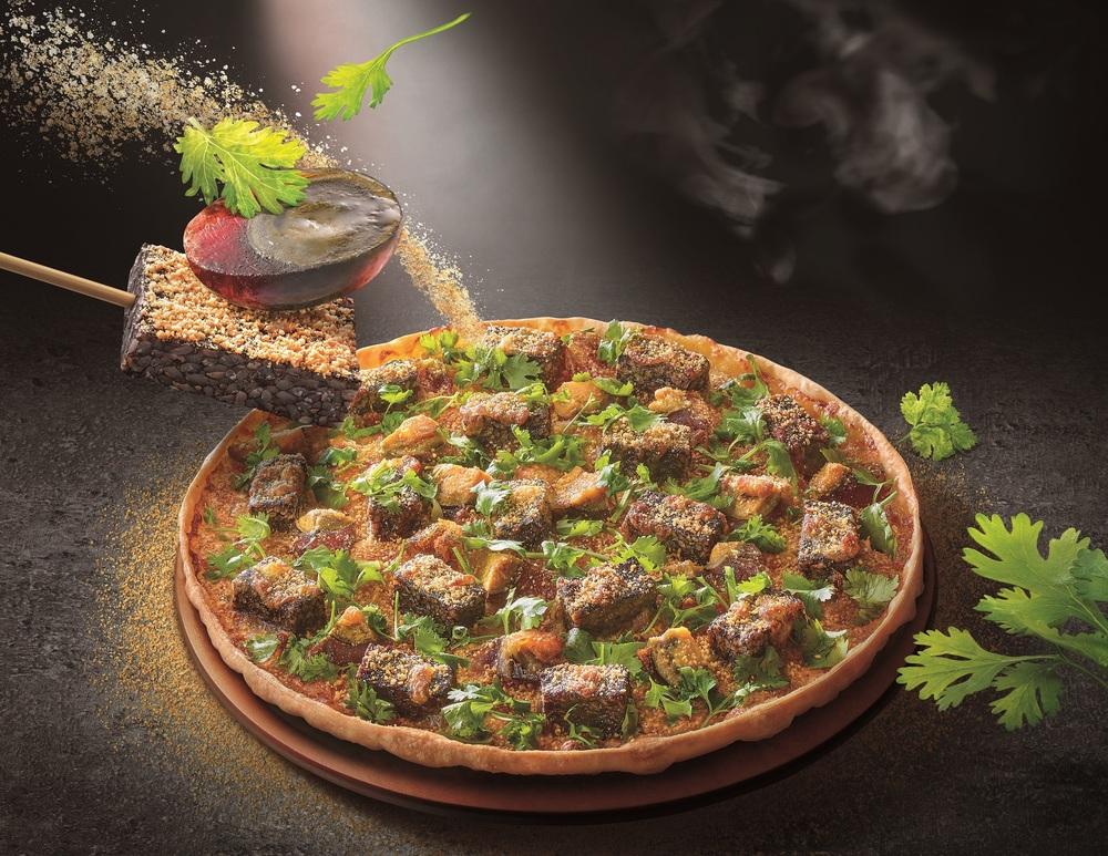 必勝客推出「香菜皮蛋豬血糕比薩」。(業者提供)