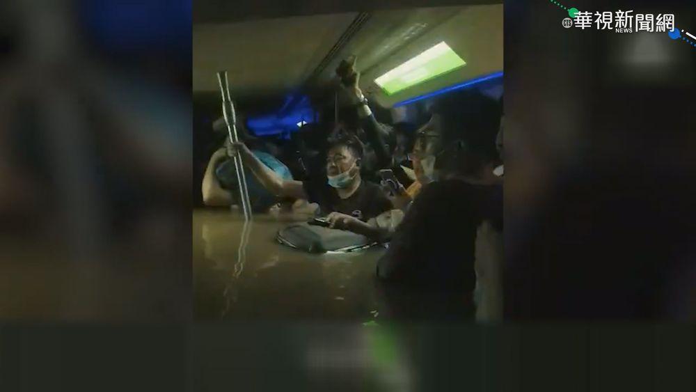 鄭州地鐵車廂大淹水。(資料照片)